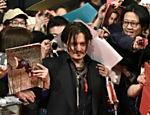 Fãs cercam Johnny Depp na pré-estreia de