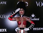 Sabrina Sato usa fantasia inspirada em cabaré francês em baile