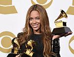 Beyoncé posa com Grammys recebidos em 2015