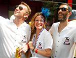 Gui Sibaud, Carol Bueno e Greg Bousquet (da esq. p/ dir.), arquitetos do escritório Triptyque, durante desfile do bloco carnavalesco Acadêmicos do Baixo Augusta