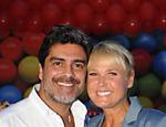 Ao lado do namorado Junno, Xuxa volta de férias e inaugura a Casa X, em Brasília