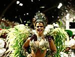 Viviane Araújo desfila como rainha de bateria da Mancha Verde, em São Paulo