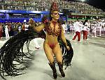 Rainha de bateria do Salgueiro, Viviane Araújo desfila na Sapucaí, no Rio