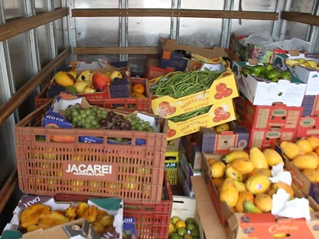 Distribuição de comida na zona leste