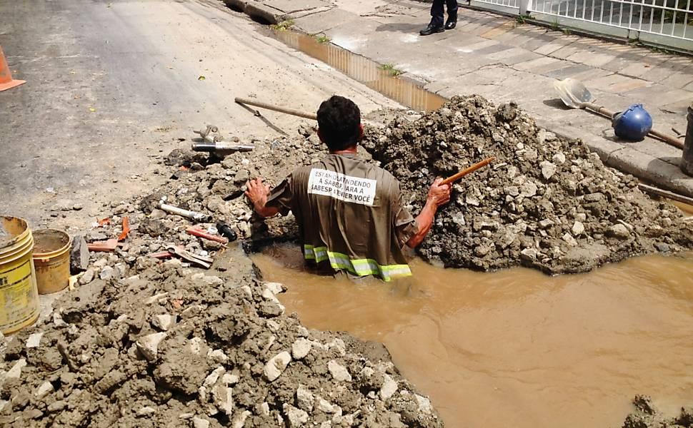 Funcionário da Sabesp trabalha em condições precárias