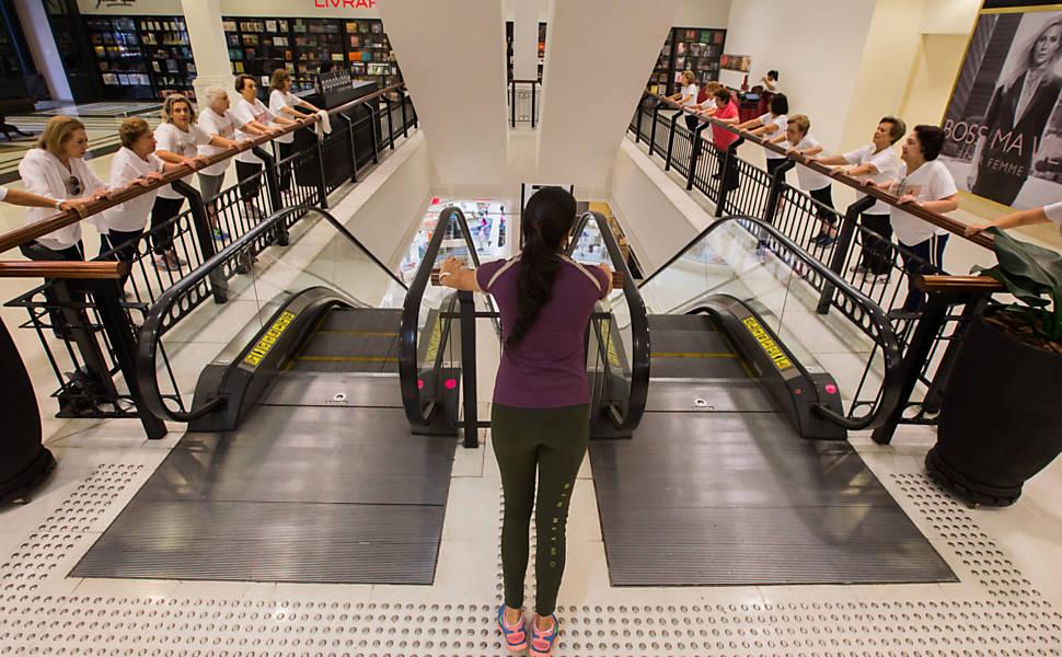 Idosas se exercitam no shopping