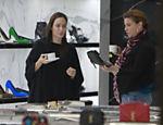 Angelina Jolie faz compras em Beverly Hills