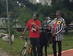 Em cima de um jegue, cantor Falcão percorre ciclovias de São Paulo a convite do programa