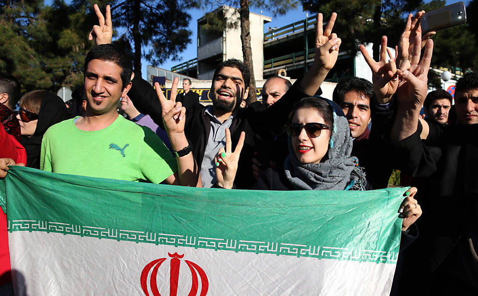 Iranianos comemoram acordo nuclear, em 2015