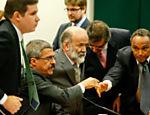 O ex-tesoureiro do PT João Vaccari Neto toma lugar na mesa da comissão