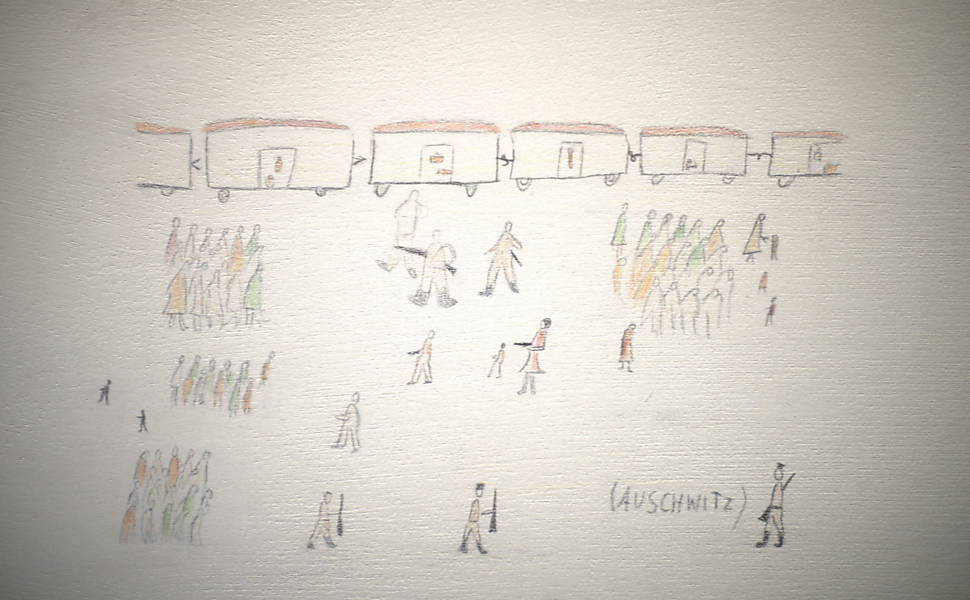 Desenhos de crianças mostram a chegada dos prisioneiros em trens ao campo de concentração de Auschwitz
