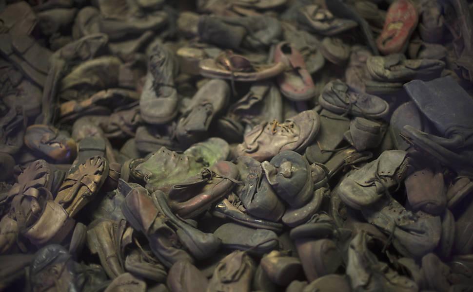Sapatos infantis que pertenciam a crianças que estavam entre os mortos do campo de concentração de Auschwitz