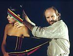 Hans Donner com Isadora Ribeiro em gravação de abertura do 'Fantástico'