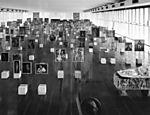 Cavaletes de vidro desenhados por Lina Bo Bardi para expor obras da coleção permanente do Masp.