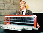Pietro Maria Bardi segura maquete do Masp