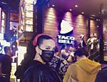 Katy Perry espera uma hora na fila para comer taco em Tóquio
