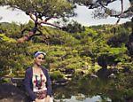 Katy Perry posa em jardim japonês