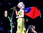 Katy Perry coloca bandeira de Taiwan nos ombros durante show