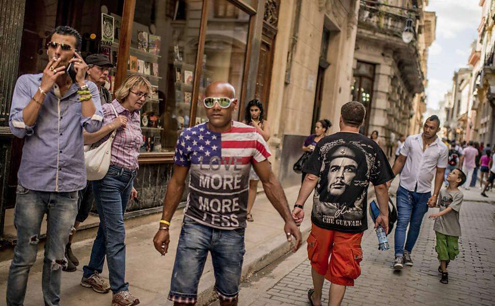 Bandeiras dos EUA aparecem nas ruas de Havan
