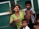Imigrante de Mianmar chora em um barco abandonado no mar de Andaman <a href=