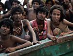 Imigrantes esperam por ajuda em barco abandonado por contrabandistas <a href=