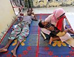 Mulher chora em abrigo temporário em Lapang, na Indonésia <a href=