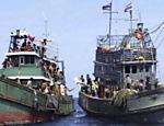 Imigrantes em barco abandonado recebem ajuda no mar de Andaman <a href=