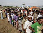 Imigrantes esperam por alimentos em acampamento provisório na Indonésia <a href=