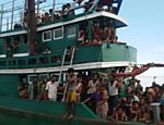 Barco abandonado lotado de imigrantes está à deriva em águas tailandesas há uma semana <a href=