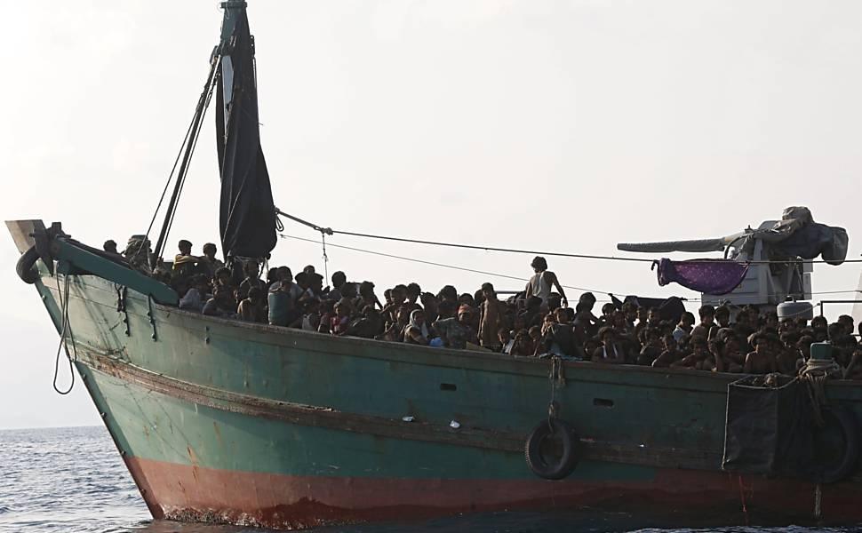 Imigrantes vistos em barco na região de ilha de Koh Lipe, que pertence à Tailândia
