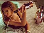 Beyoncé irrita usuários do Twitter derramando champanhe em piscina