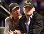 Ao lado do então namorado Leonardo DiCaprio, Gisele assiste jogo de basquete em Los Angeles