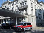 Carro da polícia é estacionado em em frente ao luxuoso hotel cinco estrelas Baur au Lac, em Zurique