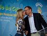 Jérôme Valcke beija a apresentadora Fernanda Lima em evento da Copa-2014, no Rio