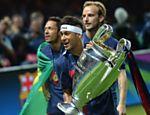 Neymar exibe o troféu de campeão da Liga dos Campeões