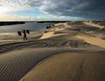 Homem caminha nos em dunas dos Lençois Maranhenses, em Barreirinhas (MA)