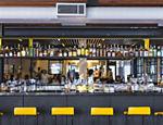 Vista do bar do restaurante Tuju, com o salão em seguida e a cozinha nos fundos