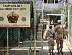 Militares americanos dirigem-se à prisão do Campo Delta, na base militar de Guantánamo, em Cuba