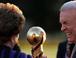 José Maria Marin apresenta a taça da Copa das Confederações à presidente Dilma Rousseff, no Palácio da Alvorada, em Brasília