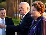 Dilma Rousseff, ao lado do presidente da CBF, José Maria Marin, do técnico da seleção brasileira, Luis Felipe Scolari, do vice da CBF, Marco Polo del Nero, e do capitão da seleção, Thiago Silva, no Palácio da Alvorada, em Brasília