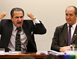 Pastor Silas Malafaia ao lado do ativista de direitos humanos Toni Reis durante audiência da comissão que analisou o Estatuto da Família no Congresso, em 25.jun.15; imagem motivou memes na internet