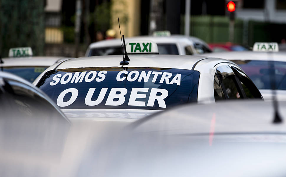Taxistas protestam contra o aplicativo Uber