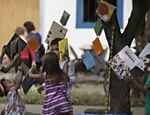 Livros pendurados nas árvores da praça da Matriz, em Paraty-RJ, onde ocorre a 13ª edição da Flip.
