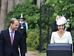 Príncipe William, príncipe George e Kate Middleton levam a princesinha Charlotte para o local de seu batizado