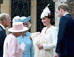 Enquanto seus pais conversam com a rainha Elizabeth e seu marido, Filipe, o príncipe George olha para longe
