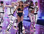 Ariana Grande se apresenta no Victoria's Secret Fashion Show em Londres, em 2014