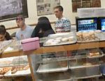 Ariana Grande lambe donuts em vídeo polêmico
