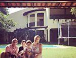 Luana Piovani com amigos, o filho Dom, 3, e o cão Lata em sua nova casa, na Barra da Tijuca, no Rio
