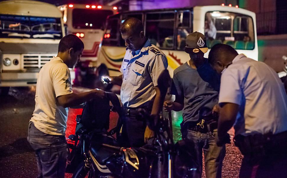 Venezuela vive onda de assassinatos e deserção de policiais