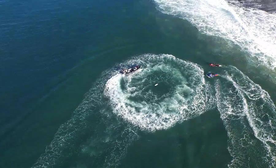 Tubarão ataca Mick Fanning no Mundial de surfe